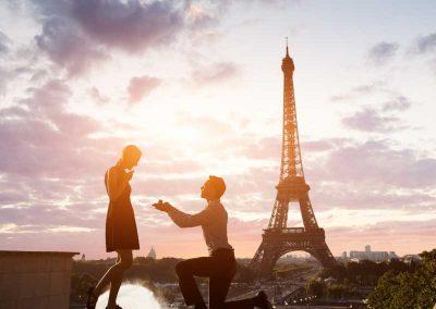 man proposing to woman near Eiffel Tower